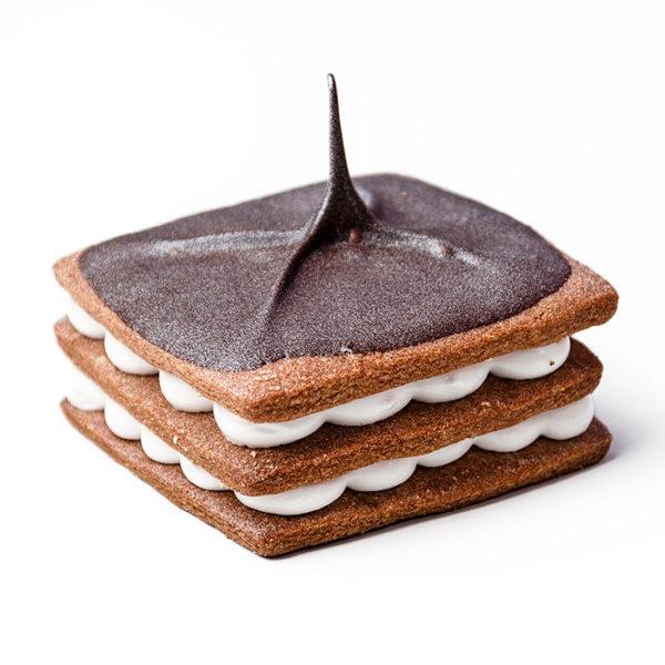 Bases de pasta brisa de crema chocolate con merengue y decorado con chocolate negro